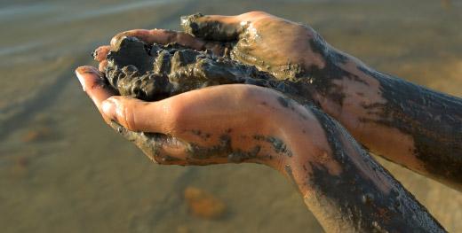 Hände mit Schlamm